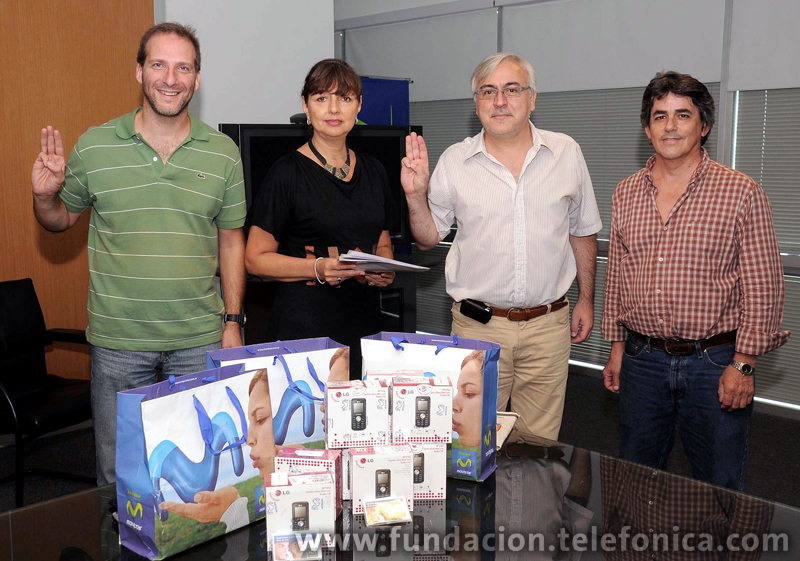 Adrián Pereyra (izq.) y Marcos Lafon Fariña (der.), representantes del Grupo Scouts de Argentina junto a Carmen Grillo, directora Fundación Telefónica y Daniel Brennan, responsable programa Voluntarios.