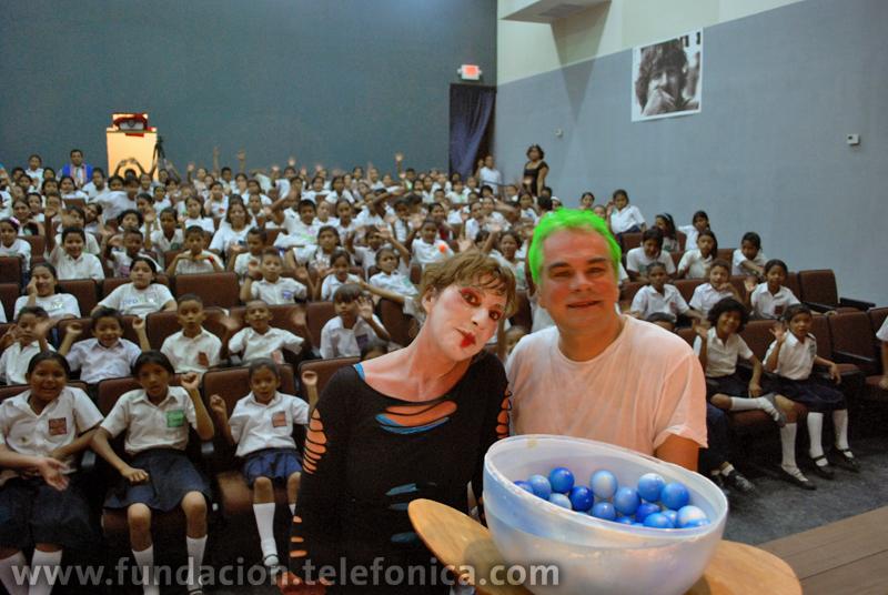 """Más de 200 niños asistieron al Teatro Bernard Marie Koltés para ver la obra """"El  Jardinero y la Oruga""""."""