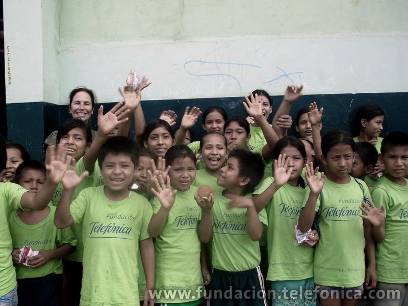 Lillian Moore de Pardo, gerenta de Proyectos Sociales y Educativos de la Fundación Telefónica, junto a alumnos de las .E. República Alemana y Reverendo Padre Juan Diego Natal de Iquitos.