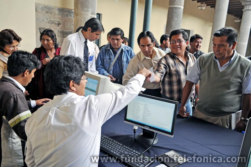 """Profesores Ayacuchanos registrándose para asistir a la IV Semana EducaRed """"Las TIC como herramientas para el aprendizaje""""."""