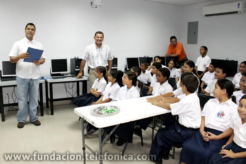 Acto de inauguración de un Aula Fundación Telefónica en Chiriquí, con la presencia del Gerente de Movistar en David, Jorge Caballero así como representantes del Ministerio de Educación y la directora de la escuela, la señora María Cáceres.