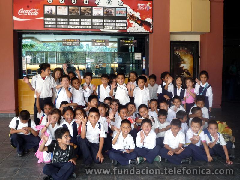 Los niños frente a la taquilla del cine.