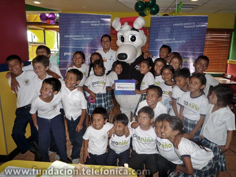 Los niños con el personaje del restaurante.