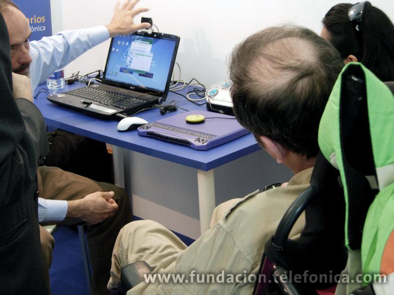 Un  equipo de Retadis, adaptado para personas con discapacidad, en el stand de Voluntarios Telefónica.