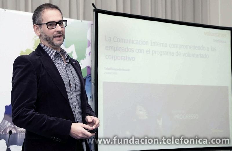 Uno de los ponentes fue César Rua, Gerente de Comunicación Interna de Voluntarios Brasil.