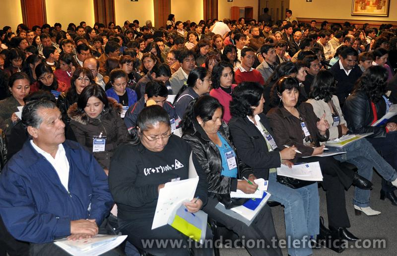 Más de 300 profesores de Cajamarca, Chota, San Pablo, San Ignacio y Santa Cruz, se instruyeron con conocimientos y experiencias acerca de recursos educativos basados en las Tecnologías de la Información y la Comunicación (TIC).