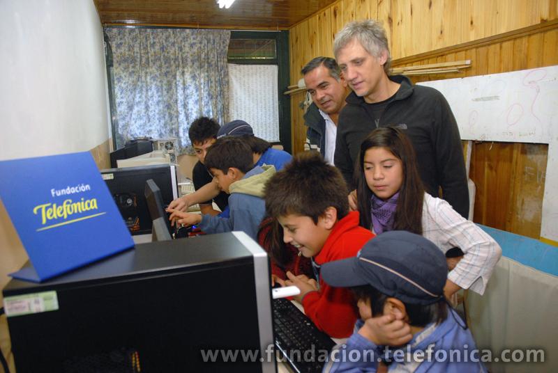 Alumnos de la Escuela N° 202 en Villa Mascardi junto al musico Charly Alberti y Jorge Leiva, gerente de Educación y Nuevas Tecnologías de Fundación Telefónica.