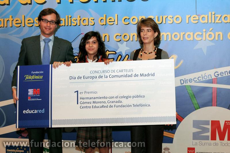 En la imagen, la niña ganadora, Alba Pérez Mejías, junto a Antonio González Terol, Director General de Asuntos Europeos y Cooperación con el Estado de la Comunidad de Madrid y Marián Juste, Directora de Programas Educativos de Fundación Telefónica.