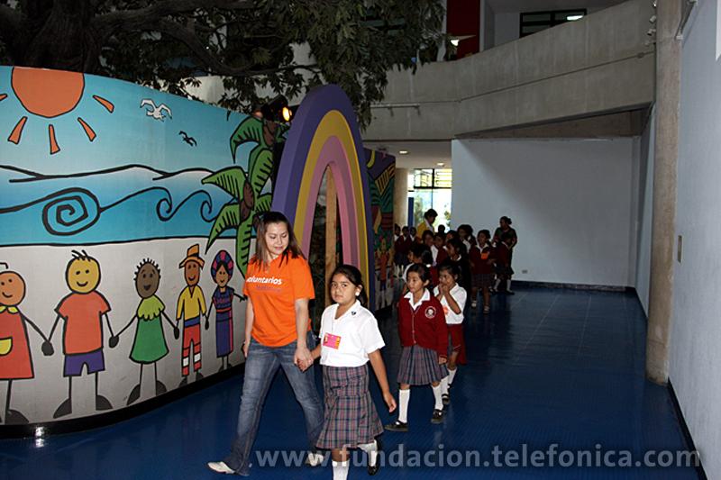 Los niños acompañados por Voluntarios Telefónica en la galería del establecimiento.
