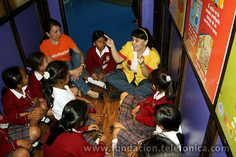 Los niños escuchan la platica de higiene y salud.