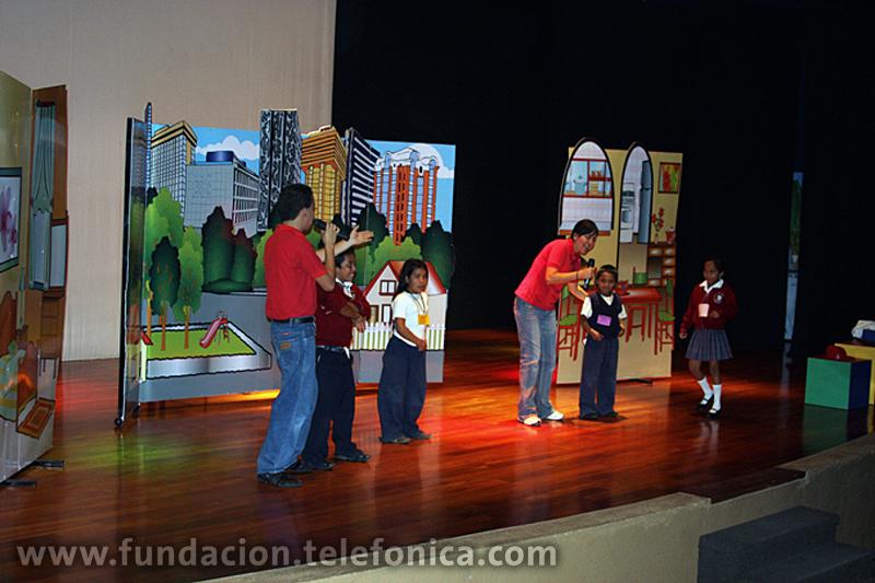 Los niños participan con los cuenta cuentos en el escenario.