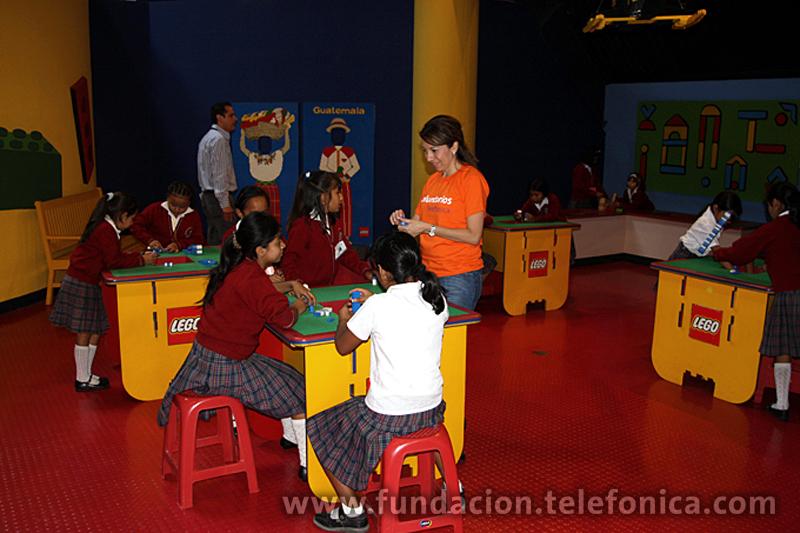 Los niños se entretienen con juegos de mesa.
