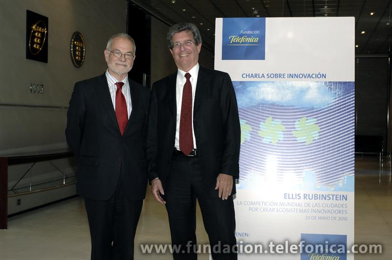 De izda. a dcha., el vicepresidente ejecutivo de Fundación Telefónica, Javier Nadal, y el presidente ejecutivo de la Academia de las Ciencias de Nueva York, Ellis Rubinstein.