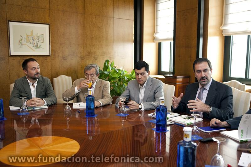 De izda. a dcha.: Los autores del dossier, Óscar Espiritusanto, Luis Arroyo y Antonio Fumero, y el director de Debate y Conocimiento de Fundación Telefónica, José de la Peña