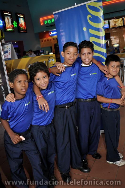 El programa reunió a 900 niños para disfrutar de una película en un cine de Managua.