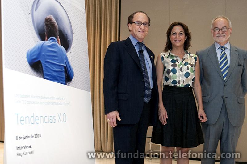 De izda. a dcha.: el inventor y científico Ray Kurzweil; la periodista y moderadora, Mara Torres; y el vicepresidente ejecutivo de Fundación Telefónica, Javier Nadal.