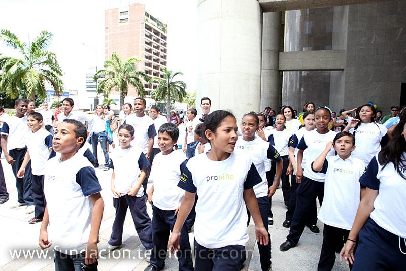 Con el programa Proniño, Fundación Telefónica se propone contribuir a la  escolarización de niñas, niños y adolescentes que trabajan o están en riesgo de abandonar la escuela para ingresar tempranamente al mercado laboral.  Durante 2009 se beneficiaron directamente de esta iniciativa 163.900 estudiantes en Latinoamérica.