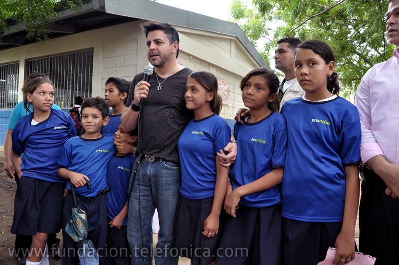 El cantante motivó a los niños y niñas para que continúen estudiando y así tener éxito en la vida.