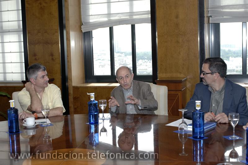 De ida. a dcha.: Los profesores y autores del estudio, Francisco Cruces y Néstor García Canclini, y el director de Debate y Conocimiento de Fundación Telefónica, José de la Peña.