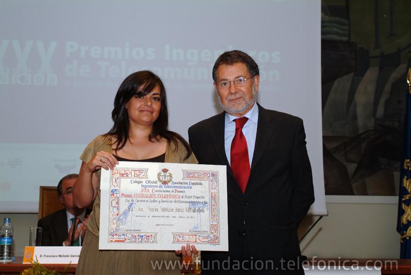 José Fernández Beaumont, del área de Debate y Conocimiento de Fundación Telefónica, entrega el Premio al Mejor Proyecto Fin de Carrera en Redes y Servicios de Telecomunicación a Gracia Patricia Ruiz Villalobos.