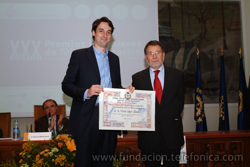 José Fernández Beaumont, del área de Debate y Conocimiento de Fundación Telefónica, entrega el Premio a la Mejor Tesis Doctoral en Redes y Servicios de Telecomunicación a Víctor López Álvarez.
