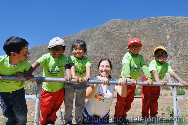 Lillian Moore, gerenta de proyectos sociales y educativos de Fundación Telefónica, junto con niñas y niños de la red rural Fe y Alegría 44 de Andahuaylillas.