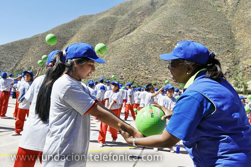 Lucha Fuentes, coordinadora del programa de Academias Deportivas Escolares Fundación Telefónica en la especialidad de voleibol, junto con alumnas de la red rural Fe y Alegría 44 de Andahuaylillas.