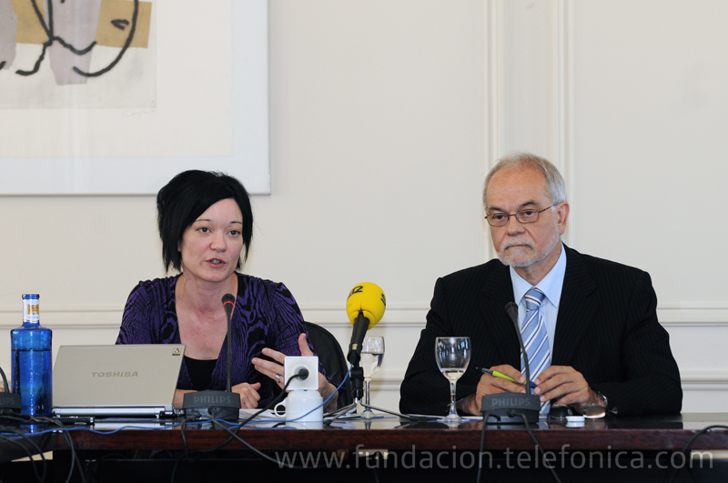 De izda a dcha.: la directora ejecutiva de la Fundación Wikimedia, Sue Gardner, y el vicepresidente ejecutivo de Fundación Telefónica, Javier Nadal.