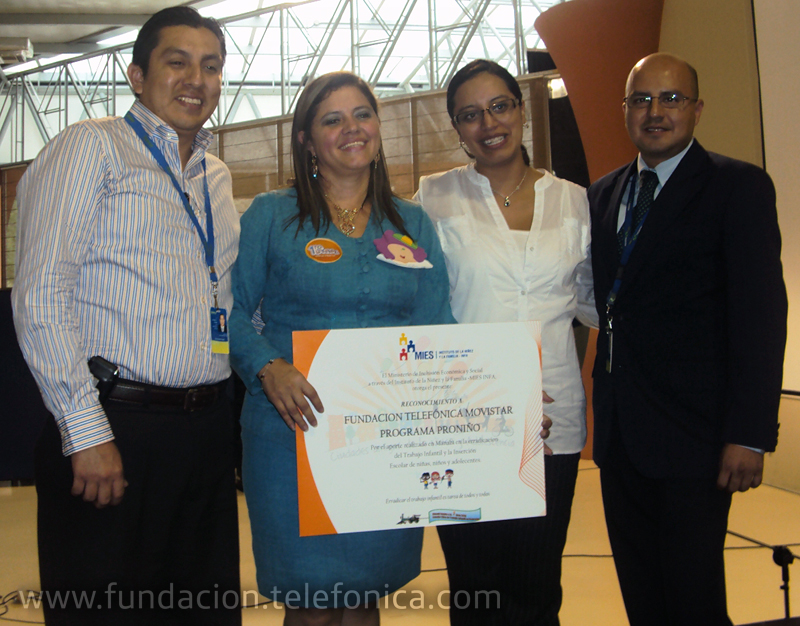 Kerly Torres, directora del MIES – INFA en Manabí, entregó la placa de reconocimiento a Paola Jácome, Directora ( e ) de Fundación Telefónica – Movistar y a Tony Delgado y Mauricio Reyes, Voluntarios de la ciudad de Manta.