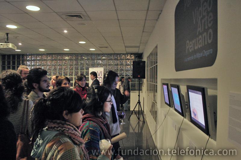 """Visitantes al Centro Fundación Telefónica el día de la inauguración de la exposición """"Video XXI. Colección Lemaître""""."""