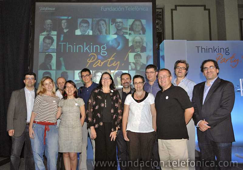 Los catorce ponentes se fotografiaron al final del maratón del pensamiento con el organizador, el director de Debate y Conocimiento José de la Peña.