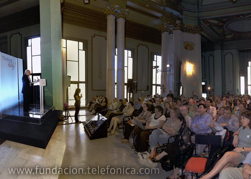 Eduardo Punset da a conocer los secretos del poder de la mente a un público atento que llenó la Sala de columnas.