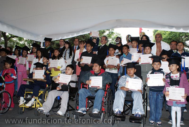 """Niños graduados del programa """"Sigamos aprendiendo… en el hospital"""" recibieron su certificado por haber terminado el ciclo escolar 2009-2010, que llegó a su fin el pasado 8 de julio."""