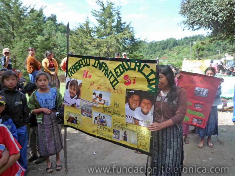 Este año, para conmemorar el Día contra el Trabajo Infantil que se celebra el 12 de junio, Fundación Telefónica organizó con niños Proniño de escuelas públicas de Santa Lucía Utatlán, Sololá, una caminata y la presentación de obras de teatro que muestran las con