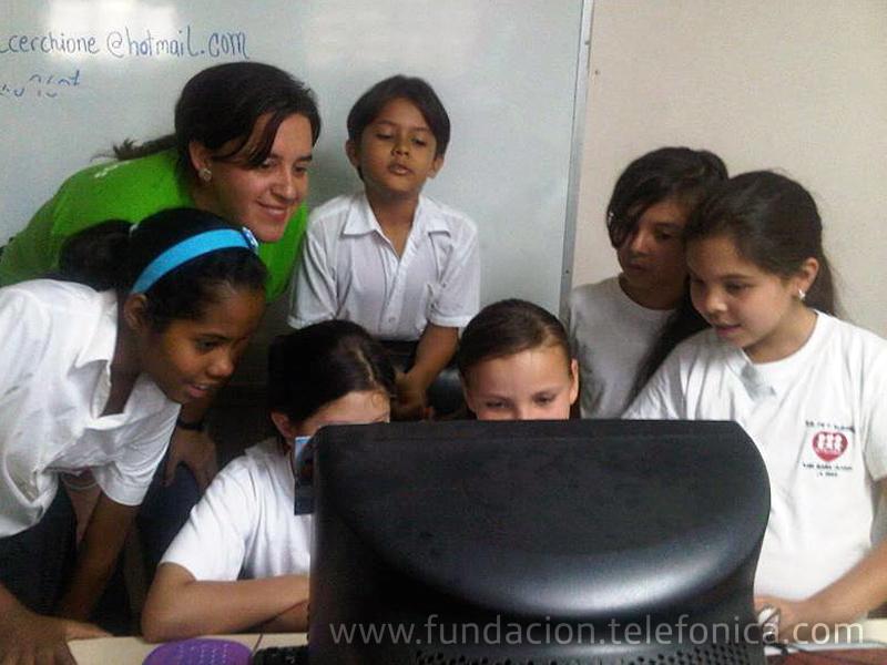 """Unos noventa estudiantes beneficiarios del programa Proniño participaron en el proyecto """"Escuelas Amigas"""", a través del cual conocieron a estudiantes de escuelas españolas e intercambiaron información con ellos, a través de Internet."""
