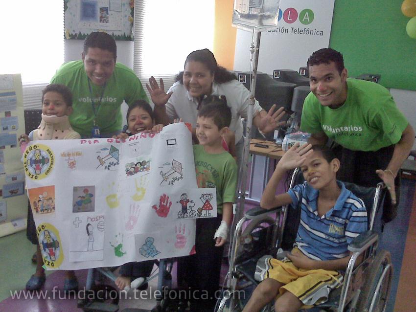 Voluntarios con pacientes del Hospital J. M. de los Ríos.