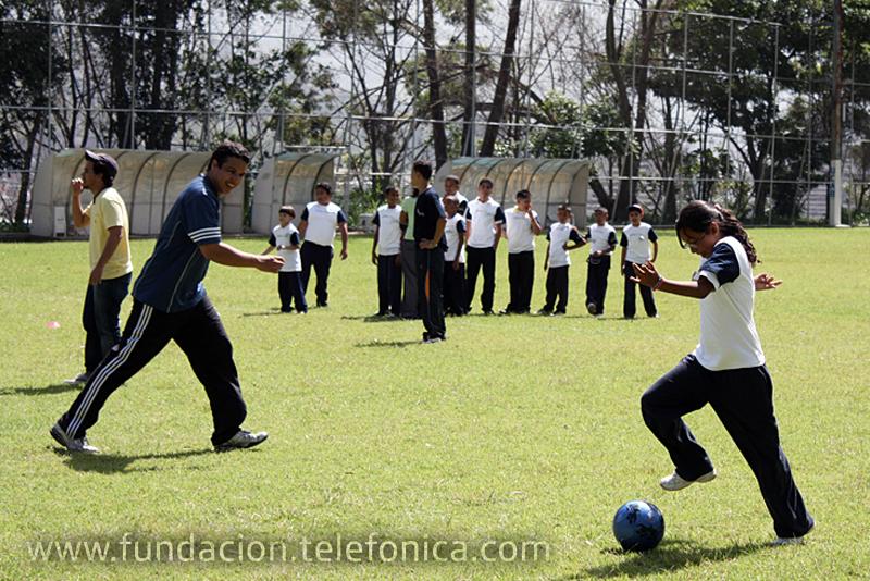 Más de 300 estudiantes de escuelas Proniño de Petare, Antímano y la Vega, disfrutaron de actividades deportivas, recreativas, culturales y de esparcimiento, acompañados por voluntarios Telefónica en el Parque del Este y en las canchas deportivas de la Universidad Católica Andrés Bello (UCAB), en Caracas.