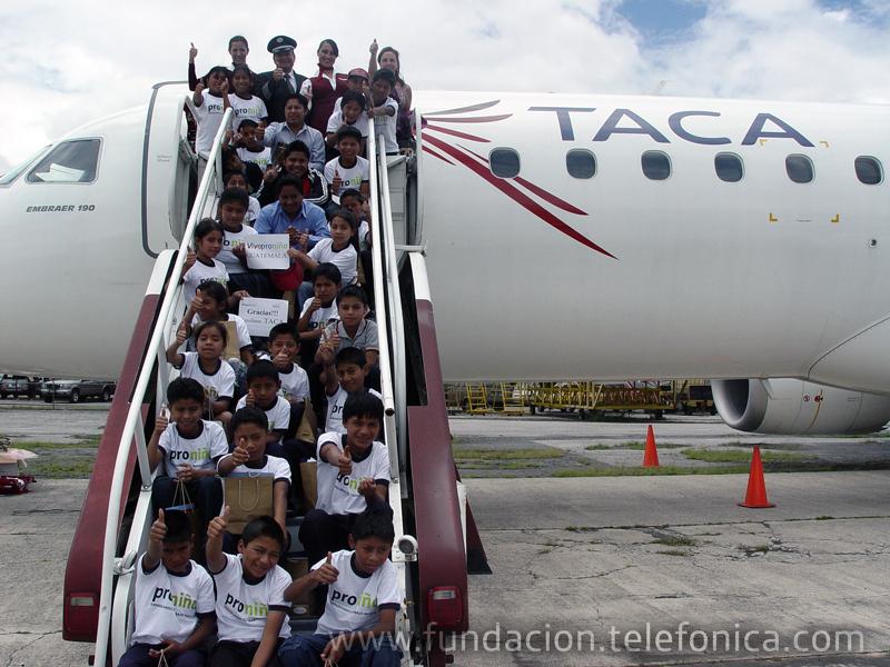 Los niños proniño al descender del avión.