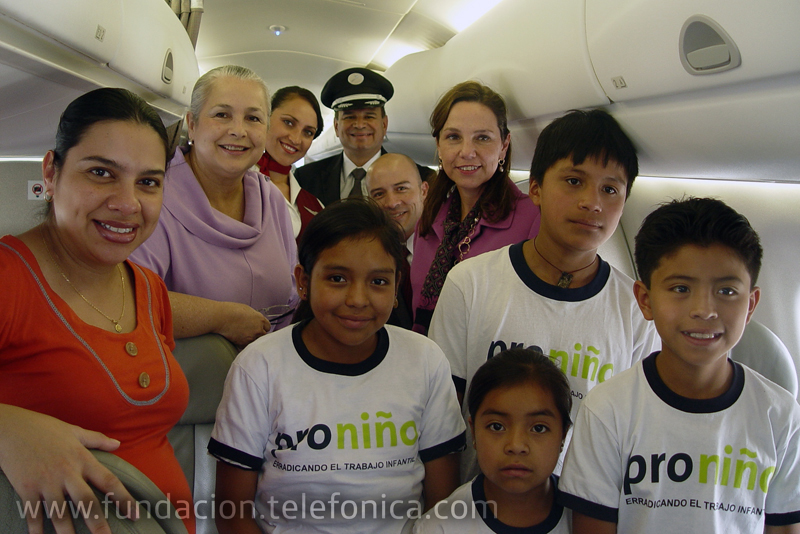 La Directora de Relaciones Públicas y personal de TACA, junto a los niños Proniño y personal de Fundación Telefónica.