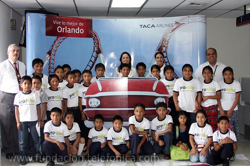 Los niños Proniño en la recepción de la Aerolínea TACA.