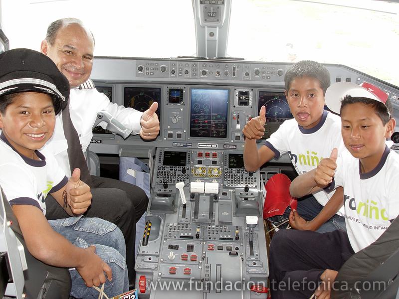 Los niños y el capitán en la cabina del avión.