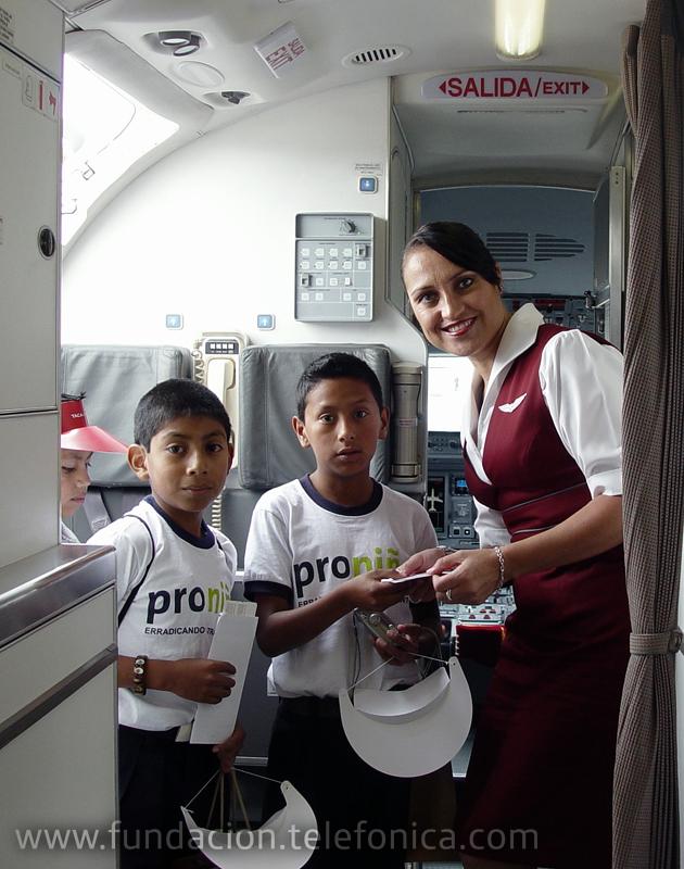 Niños entregan su boleto de abordaje.