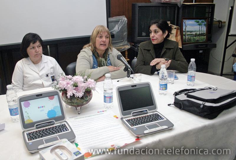 Donación de classmates durante la capacitación a docentes de educación especial, en presencia de Mónica Lencinas (der.), coordinadora de Programas Educativos de Educared.