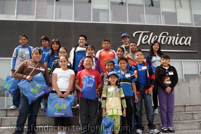 Niños Proniño conociendo la Torre Telefónica.
