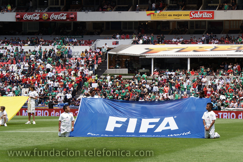 Proniños en el campo de fútbol del Estadio Azteca.