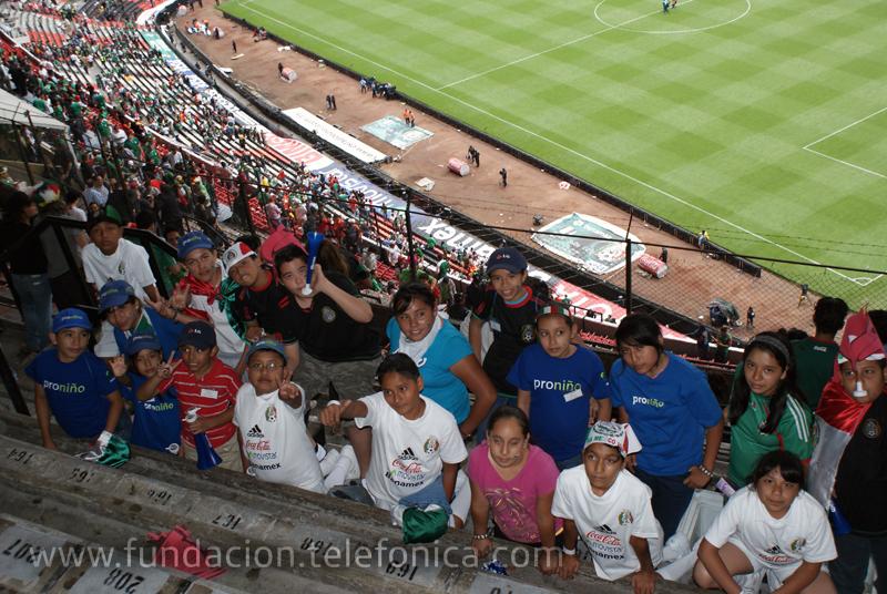 Proniños en el Estadio Azteca.
