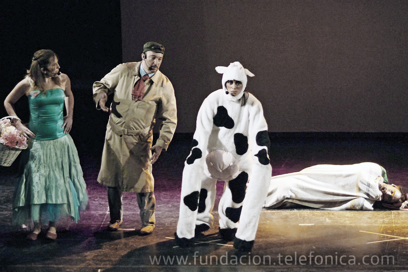 """""""Calín"""" es un espectáculo infantil realizado por Voluntarios de la Fundación Telefónica, diseñado en el marco del proyecto """"Todos al Teatro"""" con la finalidad de acercarles a los niños con menos recursos un espacio de cultura"""