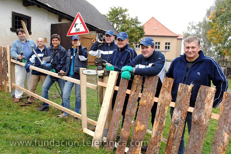 Los empleados de República Checa contribuyen con financiación y también son voluntarios activos en organizaciones no gubernamentales que ayudan a niños y jóvenes