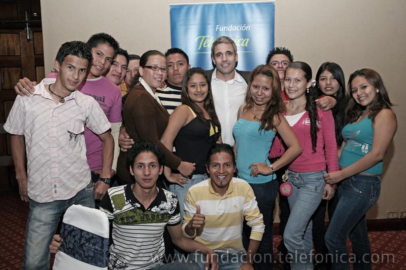 En la fotografía se encuentran Juan Federico Goulu, Presidente de Telefónica y Fundación Telefónica Ecuador, junto con los adolescentes participantes del Programa Social de Jóvenes, quienes antes formaron parte del programa de erradicación del trabajo infantil – Proniño.