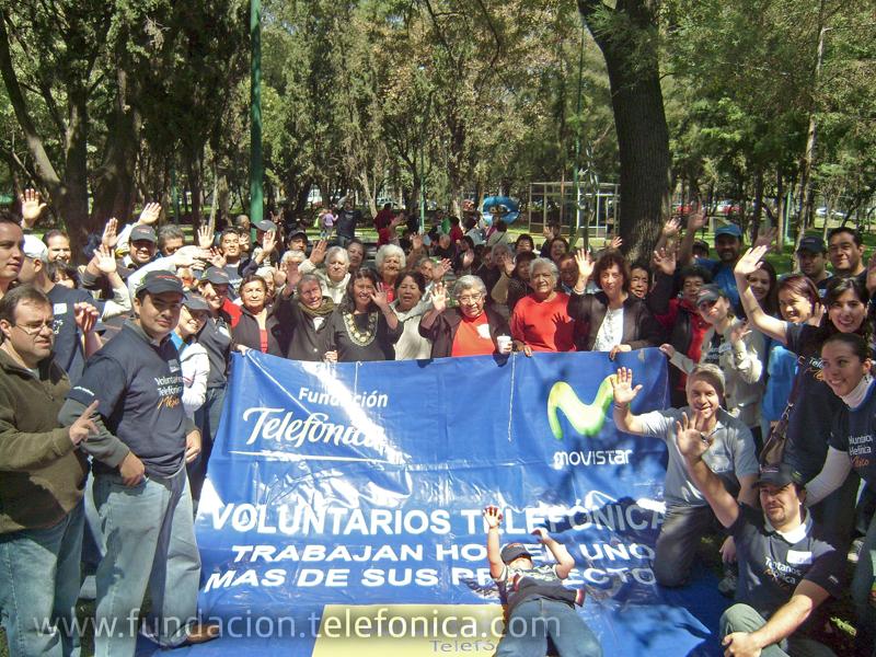Los Voluntarios Telefónica invitan a personas de la tercera edad a seguir desarrollando sus habilidades creativas.